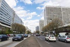 Rua com tráfego em Berlim, Alemanha Fotos de Stock Royalty Free