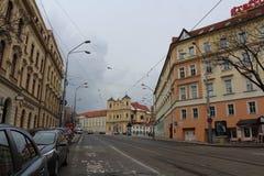 Rua com uma igreja velha e umas casas históricas - parte do centro histórico de Bratislava, capital de Eslováquia na Europa Centr imagens de stock royalty free