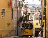 Rua DA Bica (Bica-Straat) en zijn beroemde kabelbaan, Lissabon, Portugal Royalty-vrije Stock Fotografie