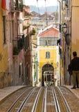 Rua DA Bica (Bica-Straat) en zijn beroemde kabelbaan, Lissabon, Portugal Stock Foto