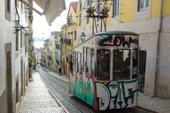 Rua da Bica (den Bica gatan) dess iconic bergbana, Lissabon, Portugal Arkivfoton