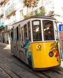 Rua da Bica (den Bica gatan) och dess berömda bergbana, Lissabon, Portugal Royaltyfria Bilder