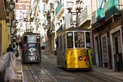 Rua da Bica (den Bica gatan) och dess berömda bergbana, Lissabon, Portugal Royaltyfri Fotografi