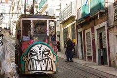 Rua da Bica (via di Bica) ed il suo funicolare famoso, Lisbona, Portogallo Fotografia Stock
