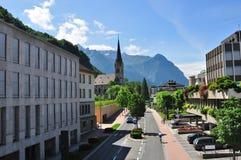 Rua da cidade alpina, Vaduz, Lichtenstein Fotos de Stock