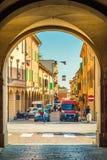 Rua da cidade com casas e a bandeira italiana Fotos de Stock