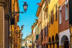 Rua da cidade com casas e a bandeira italiana Imagem de Stock