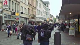 Rua da cidade com lojas e alamedas no Trier Alemanha filme