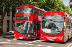 Rua da cidade com os ônibus vermelhos do ônibus de dois andares em Londres Fotografia de Stock