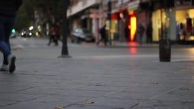 A rua da cidade com os povos e os veículos que circulam o homem novo aproxima seu olhar na câmera video estoque