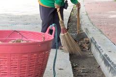 Rua da cidade da limpeza do trabalhador da vassoura de estrada com ferramenta da vassoura Foto de Stock Royalty Free