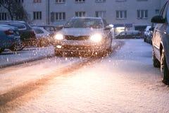 Rua da cidade de Praga sob a neve Condução de carros em uma estrada do blizzard Calamidade da neve na cidade Carros cobertos de n fotos de stock