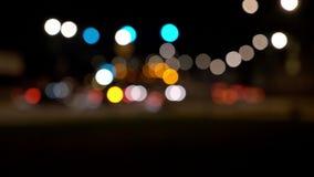 Rua da cidade da noite com efeito do bokeh filme