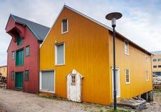 Rua da cidade pequena com as casas vermelhas e amarelas Imagens de Stock Royalty Free