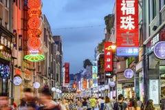 Rua da compra de Guangzhou, China imagens de stock