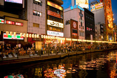 Rua da compra de Shinsaibashi na noite Osaka Japan Foto de Stock