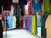 Rua da compra em C4marraquexe com uma loja de roupa Foto de Stock Royalty Free