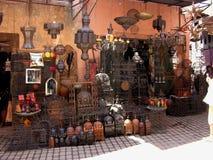 Rua da compra em C4marraquexe com uma loja do trabajo em metal Imagens de Stock