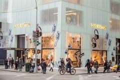 Rua da compra na 5a avenida em NYC Foto de Stock