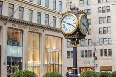 Rua da compra na 5a avenida em NYC Imagens de Stock