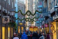 Rua da compra na cidade velha de Aix-la-Chapelle, Alemanha Imagens de Stock Royalty Free