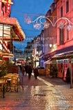 Rua da compra na noite com luzes de Natal Imagem de Stock Royalty Free