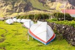Rua da grama do campo com uma fileira de secar barcos virados Voo britânico da bandeira do regulador Edimburgo dos sete mares, Tr fotografia de stock