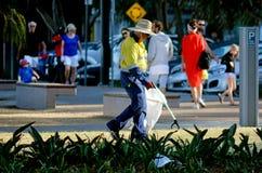 Rua da limpeza do guarda de serviço da vassoura de estrada Fotografia de Stock