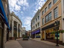 Rua da movimentação do rodeio com as lojas em Beverly Hills - Los Angeles, Califórnia, EUA foto de stock royalty free