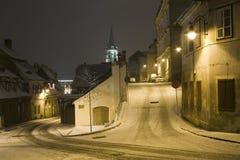 Rua da neve do inverno em Sibiu em a noite Foto de Stock Royalty Free