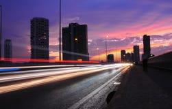 Rua da noite com fugas claras Fotografia de Stock
