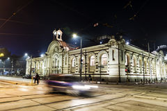 A rua da noite com luz do carro arrasta em Sófia, Bulgária imagem de stock