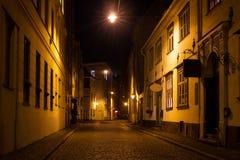 Rua da noite em Riga sob as luzes brilhantes no outono Imagens de Stock Royalty Free