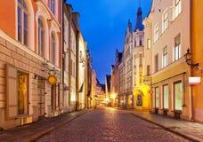 Rua da noite na cidade velha em Tallinn, Estónia Imagens de Stock Royalty Free