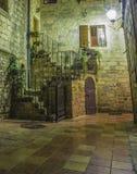 Rua da noite na cidade velha Indicador aberto Fonão claro Foto de Stock