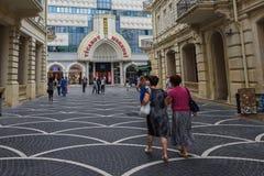Rua da passagem na cidade de Baku, lojas Fotos de Stock Royalty Free