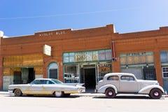 rua da Pequeno-cidade com carros velhos Fotos de Stock