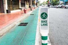 A rua da pista da bicicleta assina dentro Banguecoque Fotos de Stock Royalty Free