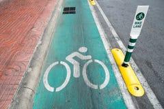 A rua da pista da bicicleta assina dentro Banguecoque Imagem de Stock