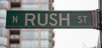 A rua da precipitação assina dentro Chicago imagens de stock