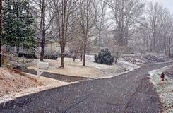 Rua da vizinhança na neve do inverno Imagem de Stock