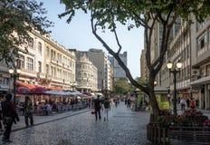Rua das弗洛勒斯和帕拉西奥Avenida -库里奇巴,巴拉那,巴西 免版税库存照片