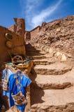 A rua de Ait Benhaddou fortificou a cidade, kasbah em Ouarzazate, Marrocos Fotos de Stock