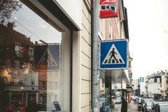 A rua de Ampelmannchen canta Fotografia de Stock