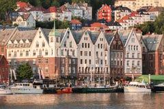 Rua de Bergen com os barcos em Noruega, local do patrimônio mundial do UNESCO foto de stock royalty free