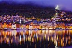 Rua de Bergen na noite com os barcos em Noruega fotografia de stock royalty free