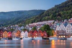 Rua de Bergen na noite com os barcos em Noruega, local do patrimônio mundial do UNESCO fotografia de stock royalty free