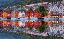 Rua de Bergen na noite com os barcos em Noruega, local do patrimônio mundial do UNESCO fotos de stock royalty free