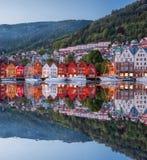 Rua de Bergen na noite com os barcos em Noruega, local do patrimônio mundial do UNESCO imagens de stock