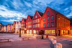 Rua de Bergen na noite em Noruega, local do patrimônio mundial do UNESCO imagem de stock